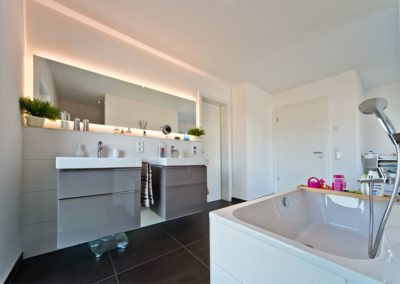 Zwei Waschbecken und eine große Badewanne